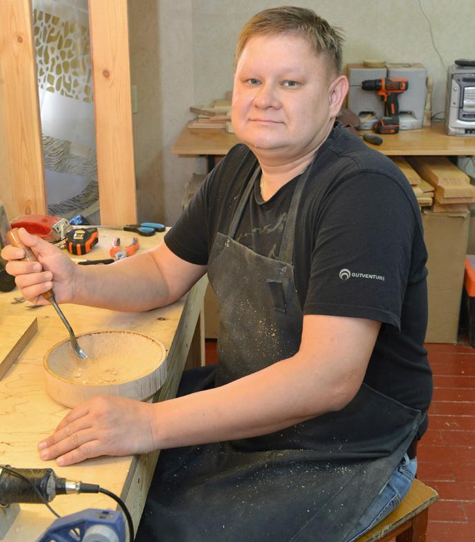 В мастерской ООО «Матрёшки» под руками мастера Алексея Киселёва рождаются уникальные изделия народных промыслов
