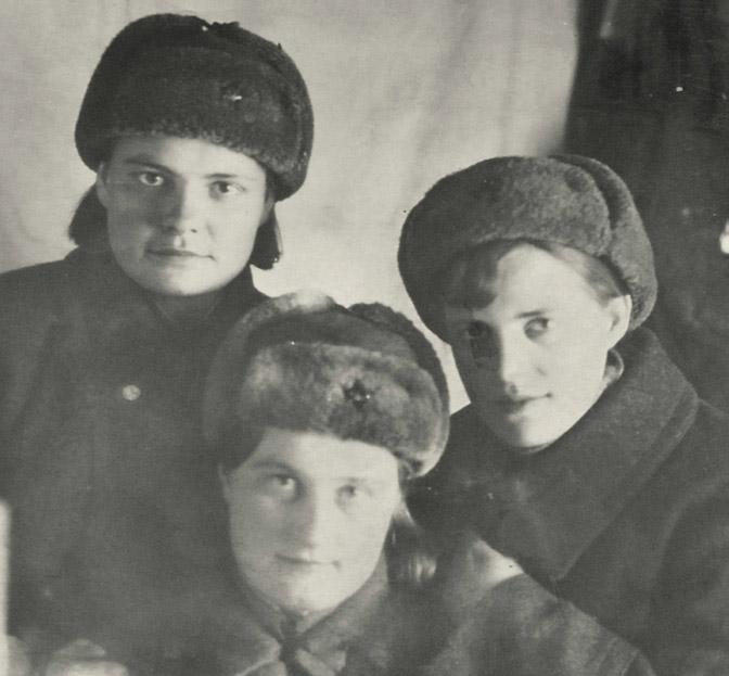 Фронтовые подруги Наташа, Зоя и Ира (погибла в 1944 г.), 1943 г.