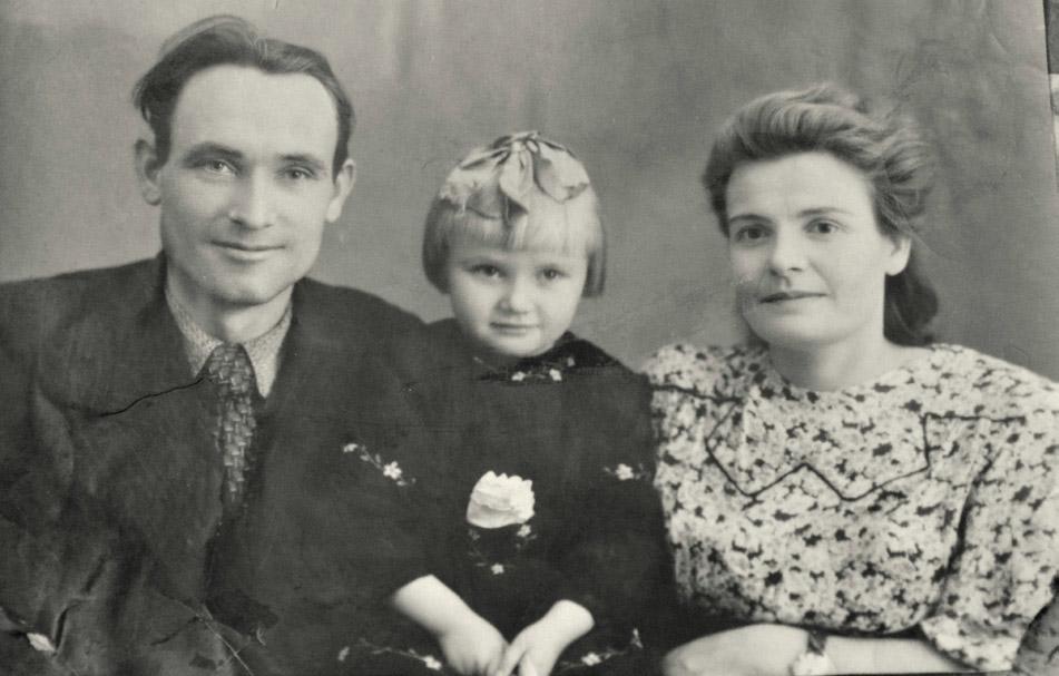 С мужем Николаем и дочерью Милой, Брянск, 1952 г.