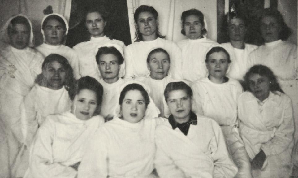 Коллектив бежицкой детской поликлиники, 1948 г. Наталья — во втором ряду, вторая слева