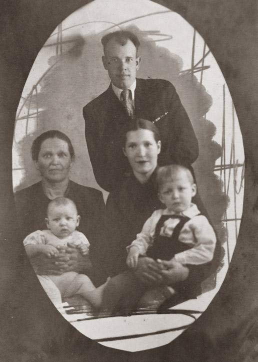 Евгения Малахова с мужем Иваном, матерью Марией Сергеевной и детьми, конец 40-х