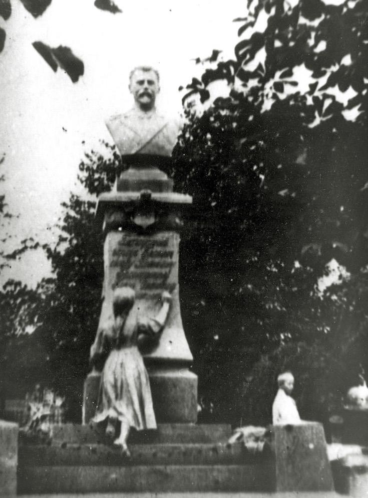 Памятник П.С.Могилевцеву, установленный в 1915 г.  в Павловском парке Брянска