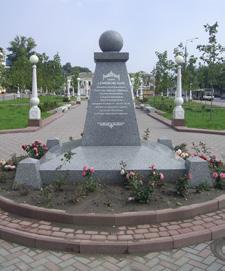 Памятный знак в честь  братьев-меценатов  С.С. и П.С.Могилевцевых, установленный  в 2017 г. в Семёновском сквере на Набережной